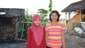 Yeni dan Ibu. (Credit: ugm.ac.id)